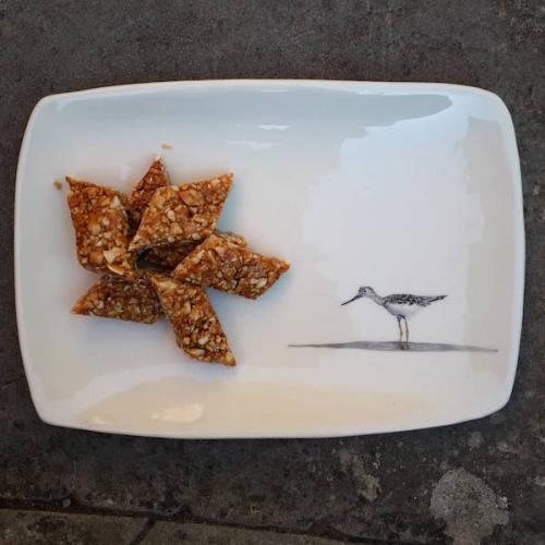 Plato rectangular. Nougatine de cacahuetes
